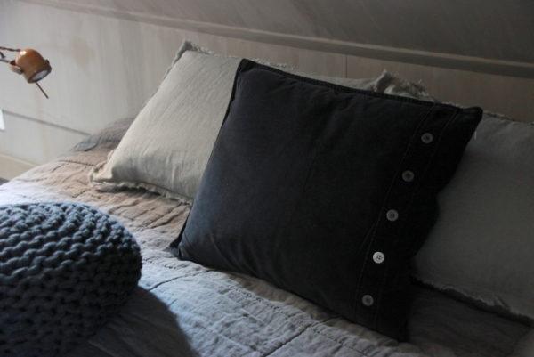 Langwerpig zwart kussen met knopen
