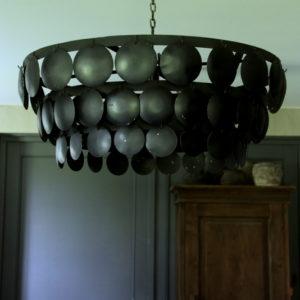 Zwarte metalen hanglamp met ronde plaatjes 70 cm