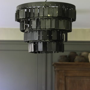 Zwarte metalen hanglamp met langwerpige plaatjes diameter 35 cm
