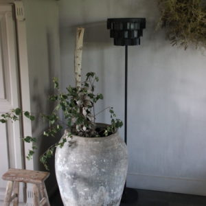 Zwarte, metalen staande lamp met langwerpige plaatjes