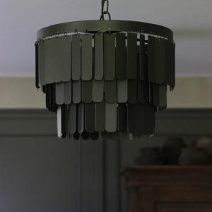 Zwarte, metalen hanglamp met langwerpige plaatjes