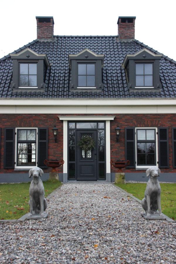 Betonnen tuinbeeld zittende hond