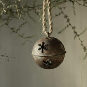Metalen kerstbal roest met sneeuwvlok