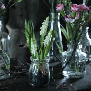 Witte druifjes (kunst) in glas