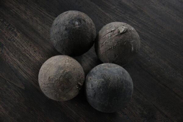 Oude houten bal S