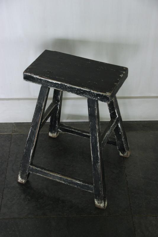 Oude houten, zwarte kruk