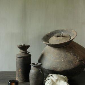 Oude Nepalese kruik met deksel