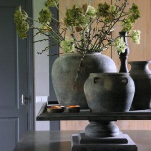 Grijze terracotta kruik met oren